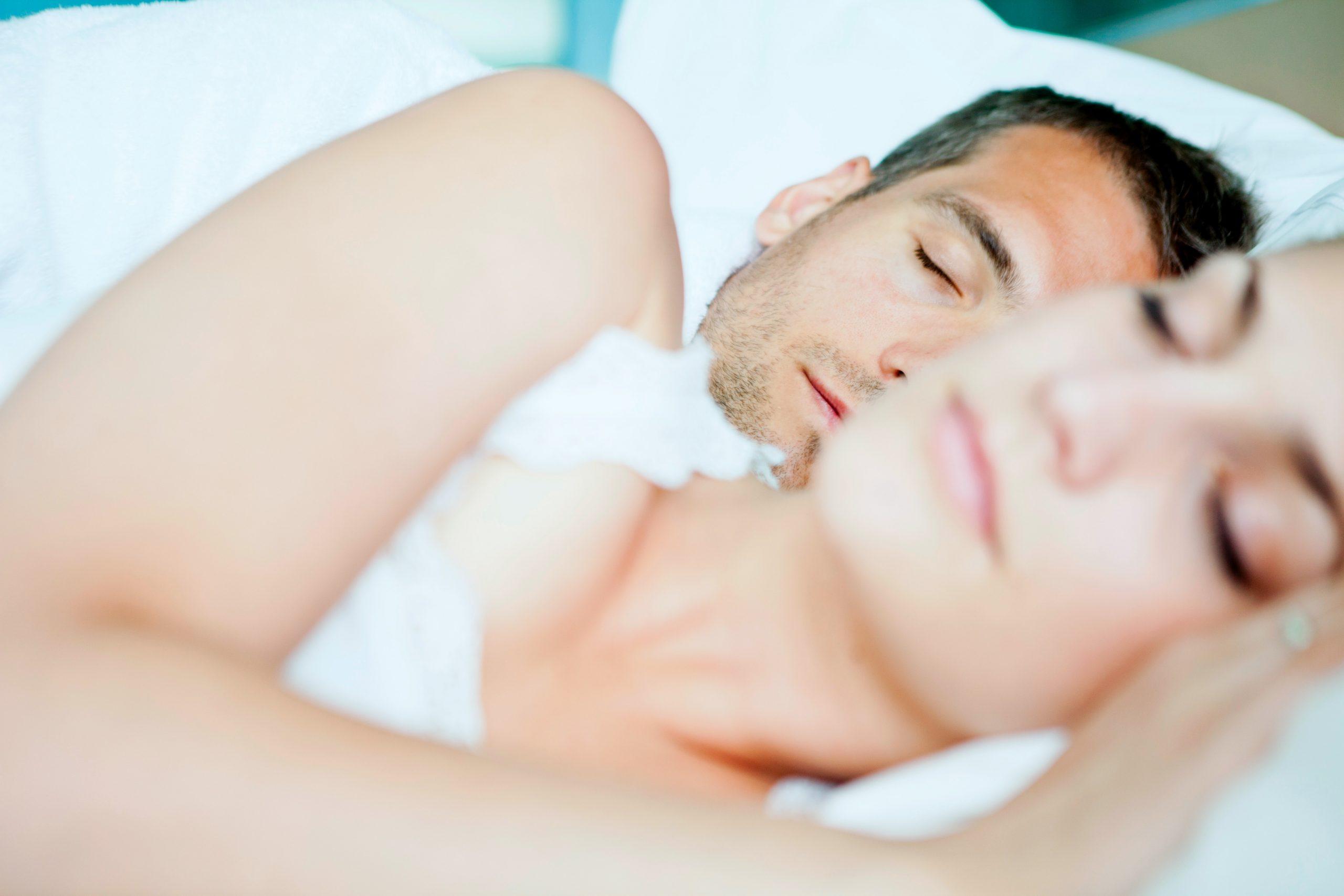 Miért nem tudunk aludni a párunk mellett?